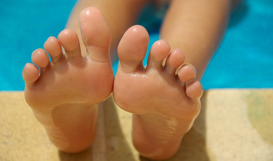 feet toes barefoot